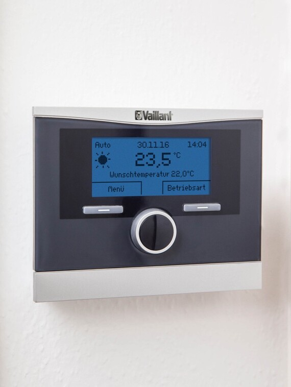 The system control calorMATIC 470 is installed in the living room.